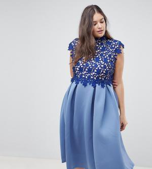Платье для выпускного с высоким воротом и кружевом ASOS DESIGN Curve. Цвет: темно-синий
