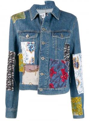 Джинсовая куртка в технике пэчворк из коллаборации с Paulas Loewe. Цвет: синий