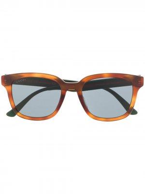 Солнцезащитные очки в прямоугольной оправе с отделкой Web Gucci Eyewear. Цвет: коричневый