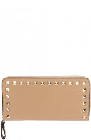 Кожаный кошелек на молнии Garavani Rockstud Valentino. Цвет: бежевый