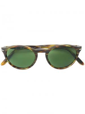 Солнцезащитные очки в округлой оправе Persol. Цвет: коричневый