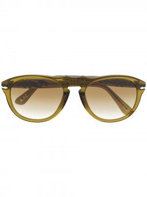 Солнцезащитные очки в закругленной квадратной оправе Persol. Цвет: зеленый