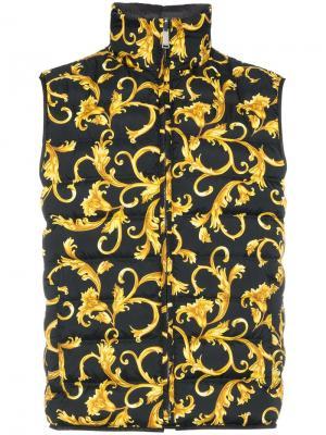 Двухсторонний дутый жилет с принтом Versace. Цвет: черный