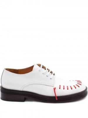 Туфли дерби с декоративной строчкой JW Anderson. Цвет: белый