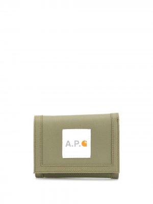 Бумажник из коллаборации с Carhartt A.P.C.. Цвет: зеленый