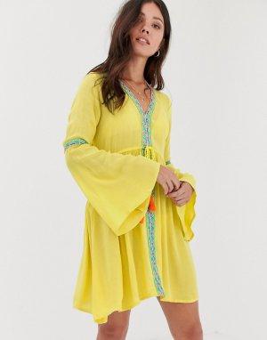 Желтое пляжное платье миди с глубоким вырезом и вышивками Anmol. Цвет: желтый