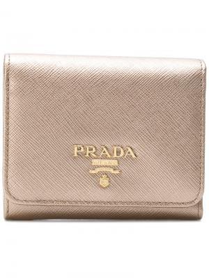 Мини-кошелек с откидным клапаном и металлическим отблеском Prada. Цвет: металлик