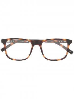 Очки в квадратной оправе черепаховой расцветки Lacoste. Цвет: коричневый