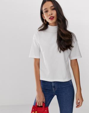 Белая футболка с короткими рукавами и высоким воротом ASOS DESIGN. Цвет: белый