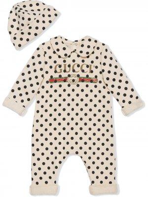 Комплект из комбинезона и шапки с узором в горох Gucci Kids. Цвет: белый