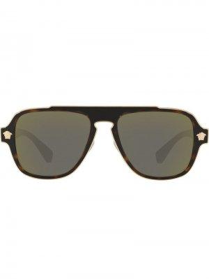Солнцезащитные очки в квадратной оправе Versace Eyewear. Цвет: коричневый