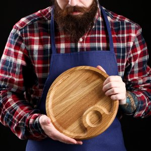 Тарелка-доска для закусок и нарезки, с соусником 25 см, массив ясеня Доброе дерево