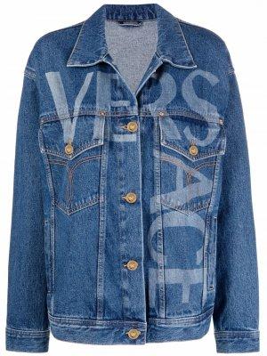 Джинсовая куртка с логотипом и узором Greca Versace. Цвет: синий
