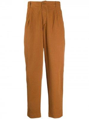 Зауженные брюки со складками Folk. Цвет: коричневый