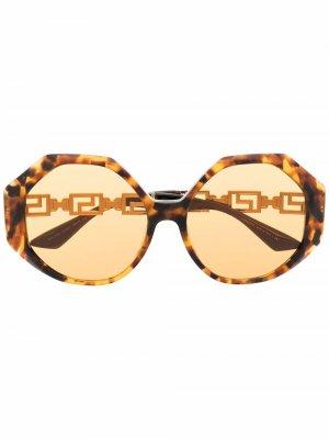 Солнцезащитные очки в круглой оправе Versace Eyewear. Цвет: коричневый