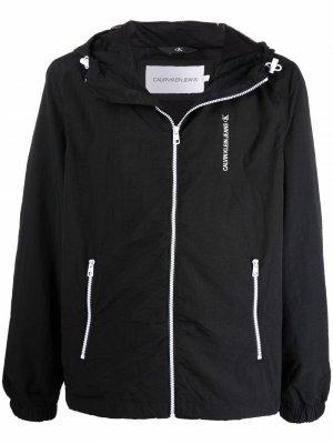 Легкая куртка с капюшоном и логотипом Calvin Klein Jeans. Цвет: черный