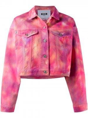 Укороченная джинсовая куртка с принтом тай-дай MSGM. Цвет: розовый