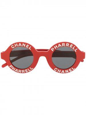 Солнцезащитные очки 2019-го года из коллаборации с Pharrell Williams Chanel Pre-Owned. Цвет: красный