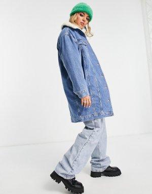 Голубая удлиненная джинсовая куртка из переработанного хлопка с отделкой искусственного меха -Голубой Topshop