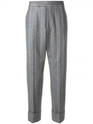 Классические брюки в полоску Thom Browne. Цвет: серый