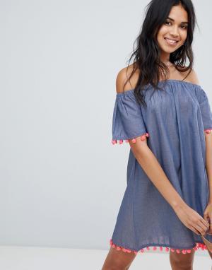 Пляжное платье из шамбре с открытыми плечами и отделкой помпонами Anmol. Цвет: синий