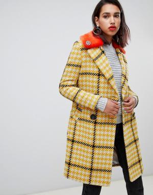 Строгое пальто в крупную клетку с воротником из искусственного меха River Island. Цвет: желтый
