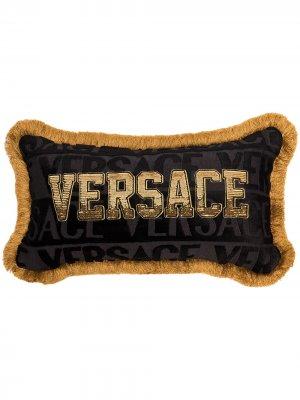 Подушка с логотипом и пайетками Versace. Цвет: черный