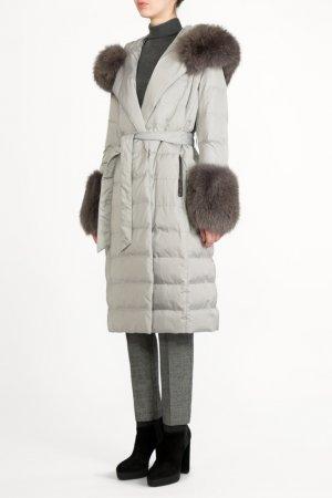Серое стеганое пальто с мехом BILANCIONI. Цвет: серый