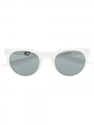 Солнцезащитные очки трапециевидной формы Nike. Цвет: белый
