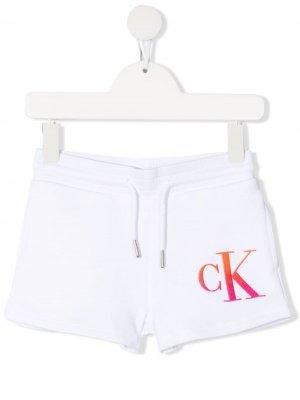 Спортивные шорты с логотипом Calvin Klein Kids. Цвет: белый