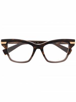 Очки в оправе кошачий глаз Balmain Eyewear. Цвет: коричневый