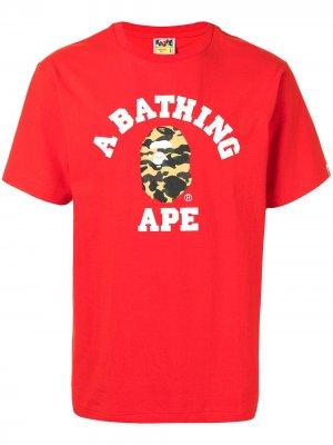 Футболка College с логотипом A BATHING APE®. Цвет: красный