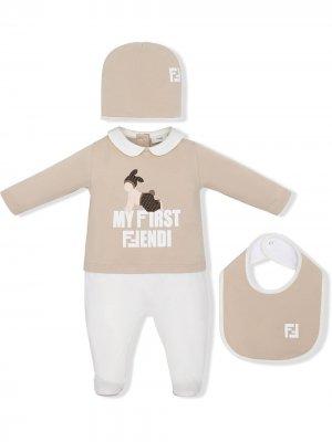 Комплект Bunx из комбинезона, шапки и нагрудника Fendi Kids. Цвет: нейтральные цвета