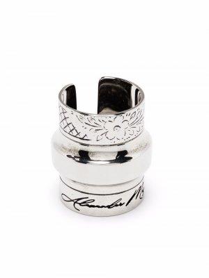 Перстень с гравировкой Alexander McQueen. Цвет: серебристый