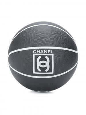 Баскетбольный мяч 2000-х годов с логотипом CC Chanel Pre-Owned. Цвет: черный