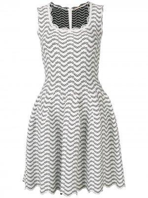 Расклешенное платье с геометричным узором Alaïa Pre-Owned. Цвет: белый