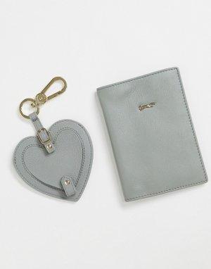 Подарочный набор с кожаной обложкой для паспорта и брелоком в форме сердца шалфейно-зеленого цвета -Зеленый цвет Paul Costelloe
