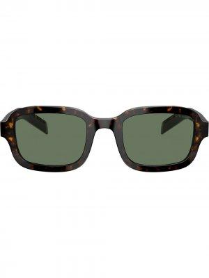 Затемненные солнцезащитные очки черепаховой расцветки Prada Eyewear. Цвет: коричневый