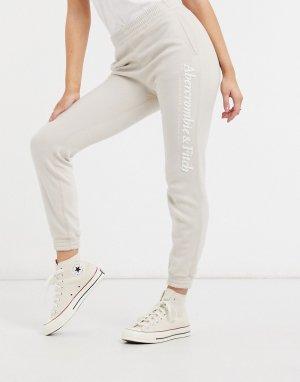 Кремовые спортивные брюки с вертикальным логотипом -Кремовый Abercrombie & Fitch