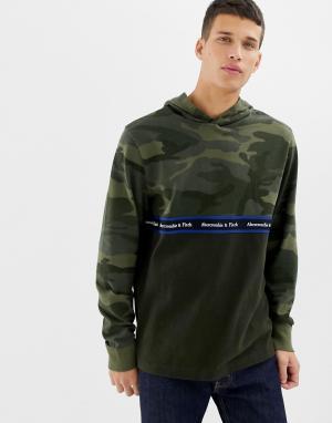 Худи с камуфляжным принтом и логотипом Abercrombie & Fitch. Цвет: зеленый