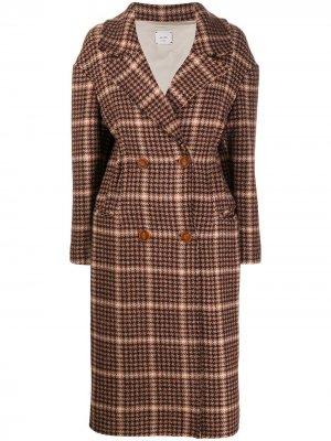 Двубортное пальто в ломаную клетку Alysi. Цвет: коричневый