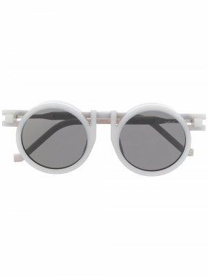 Солнцезащитные очки в круглой оправе из коллаборации с Kengo Kuma VAVA Eyewear. Цвет: серый