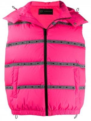 Дутый жилет с логотипом Versace. Цвет: розовый