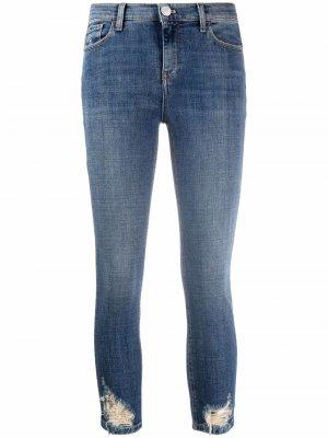 Укороченные джинсы с эффектом потертости Pinko. Цвет: синий