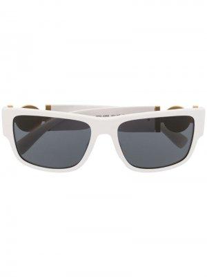Затемненные солнцезащитные очки в квадратной оправе Versace Eyewear. Цвет: белый