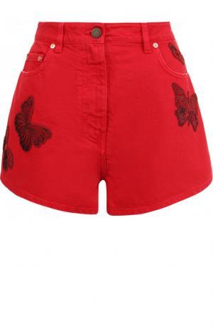 Джинсовые мини-шорты с потертостями и вышивкой в виде бабочек Valentino. Цвет: красный