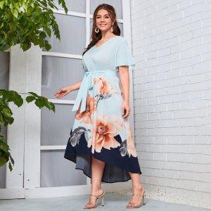 Размера плюс Платье с поясом большой цветочным рисунком асимметричный SHEIN. Цвет: нежно-голубой