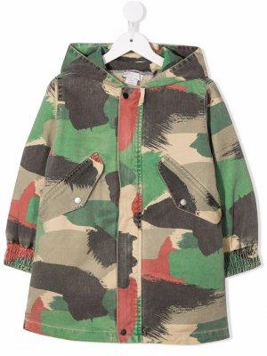 Пальто с камуфляжным принтом Stella McCartney Kids. Цвет: зеленый