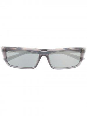 Солнцезащитные очки в прямоугольной оправе Balenciaga Eyewear. Цвет: серый