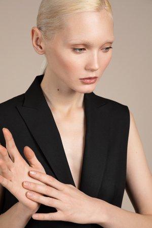 Удлиненный жилет приталенного силуэта VASSA&Co. Цвет: черный